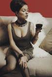 Schöne blonde Frau mit Glasrotwein Stockbild