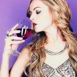 Schöne blonde Frau mit Glasrotwein Lizenzfreies Stockfoto