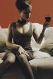 Schöne blonde Frau mit Glasrotwein Lizenzfreie Stockbilder