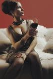 Schöne blonde Frau mit Glasrotwein Stockfoto
