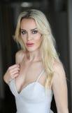 Schöne blonde Frau mit grünen Augen Lizenzfreies Stockfoto