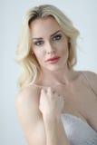 Schöne blonde Frau mit grünen Augen Stockfoto