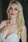 Schöne blonde Frau mit grünen Augen Stockfotografie
