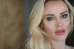 Schöne blonde Frau mit grünen Augen Lizenzfreies Stockbild