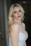 Schöne blonde Frau mit grünen Augen Stockfotos