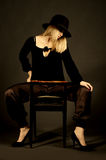 Schöne blonde Frau mit Hut Stockbilder