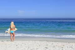 Schöne blonde Frau mit ihrem Surfbrett Lizenzfreies Stockbild