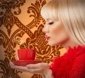 Schöne blonde Frau mit Kaffee Lizenzfreies Stockfoto