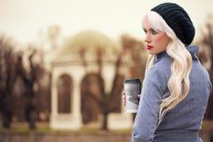 Schöne blonde Frau mit Kaffee Stockfotografie