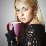 Schöne blonde Frau mit Kaffee oder Tee. Heißes Getränk Stockbilder