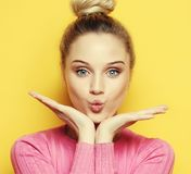 Schöne blonde Frau mit Kussgeste Porträt eines Flirtmädchens Frau mit positivem Gefühl Abschluss oben Stockfoto