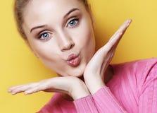 Schöne blonde Frau mit Kussgeste Porträt eines Flirtmädchens Frau mit positivem Gefühl Abschluss oben Lizenzfreie Stockfotos