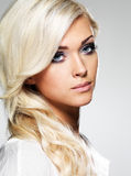 Schöne blonde Frau mit langem gelocktes Haar- und Artmake-up. Stockfotos