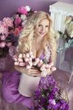 Schöne blonde Frau mit langer gewellter Frisur im purpurroten Dr. Stockbild