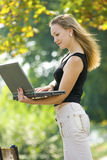 Schöne blonde Frau mit Laptop Lizenzfreie Stockfotografie