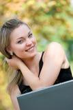 Schöne blonde Frau mit Laptop Stockfotos