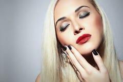 Schöne blonde Frau mit Make-up Sexy Schönheits-Mädchen mit den roten Lippen Stockfotografie