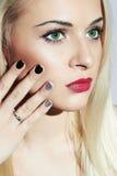 Schöne blonde Frau mit Maniküre Zartes Schönheits-Mädchen Nageldesign Stockbilder