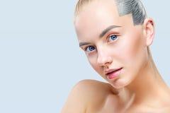 Schöne blonde Frau mit perfekter Haut und Gesicht Getrennt auf blauem Hintergrund Lizenzfreie Stockfotografie