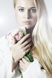 Schöne blonde Frau mit Roses.White-Blumen Lizenzfreie Stockbilder