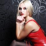 Schöne blonde Frau mit rotem Kleid Stockbild