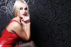 Schöne blonde Frau mit rotem Kleid Stockfoto