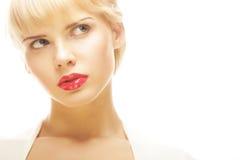 Schöne blonde Frau mit rotem Lippenstift Stockfotografie
