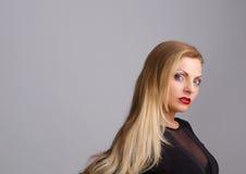 Schöne blonde Frau mit rotem Lippenstift Stockfoto