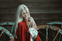 Schöne blonde Frau mit rotem Mantel Stockbilder