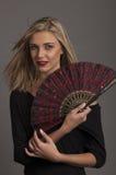 Schöne blonde Frau mit rotem orientalischem Gebläse Lizenzfreie Stockbilder