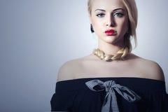 Schöne blonde Frau mit rotem sexy Lips.Valentines Day.Professional Make-up Tress.Beauty. Ungewöhnliches Mädchen mit Herzen auf den Stockbilder