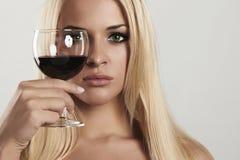 Schöne blonde Frau mit Rotwein Make-up Rote Lippen weinglas getränk Lizenzfreie Stockfotografie