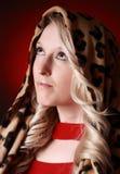 Schöne blonde Frau mit Schal Stockbilder