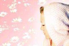 Schöne blonde Frau mit Schutzkappe Lizenzfreie Stockfotografie