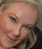 Schöne blonde Frau mit sinnlichem Lächeln Stockfotografie
