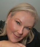 Schöne blonde Frau mit sinnlichem Lächeln Lizenzfreies Stockfoto