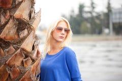 Schöne blonde Frau mit Sonnenbrille Stockbild