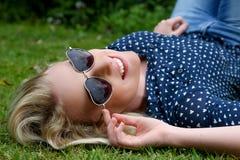 Schöne blonde Frau mit Sonnenbrille Stockfotografie