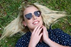 Schöne blonde Frau mit Sonnenbrille Stockfoto