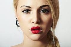 Schöne blonde Frau mit Valentine Heart Kiss auf den Lippen Stockbild