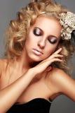 Schöne blonde Frau mit Verfassung Stockfotos
