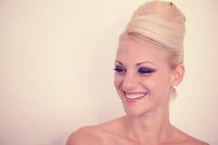 Schöne blonde Frau mit Verfassung Lizenzfreie Stockfotografie