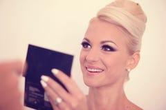 Schöne blonde Frau mit Verfassung Stockbild