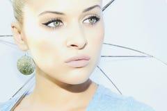 Schöne blonde Frau mit weißem Regenschirm. Schönheitsmädchen. Lizenzfreie Stockbilder