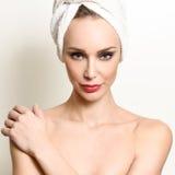 Schöne blonde Frau mit weißem Tuch auf ihrem Kopf Stockbild