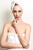 Schöne blonde Frau mit weißem Tuch auf ihrem Kopf Lizenzfreies Stockfoto
