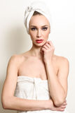 Schöne blonde Frau mit weißem Tuch auf ihrem Kopf Lizenzfreie Stockfotografie