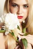 Schöne blonde Frau mit weißer Blume Lizenzfreie Stockfotos