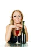 Schöne blonde Frau mit Wein Lizenzfreies Stockfoto