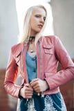 Schöne blonde Frau mit Wind in ihrem Haar hintergrundbeleuchtet durch Sonnenschein Lizenzfreies Stockfoto